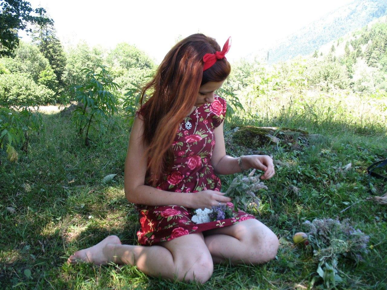 Фото девушки в цветочном бордовом платье