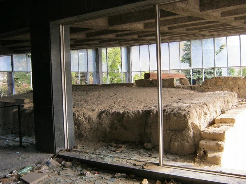 остатки древних ворот в кинотеатре Мцхеты