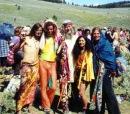 Девушки-хиппи часто носят свободные, длинные платья и...
