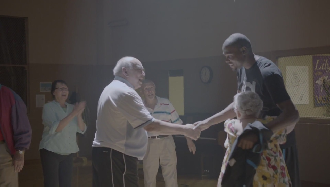 Дюрант играет в баскетбол с дедом