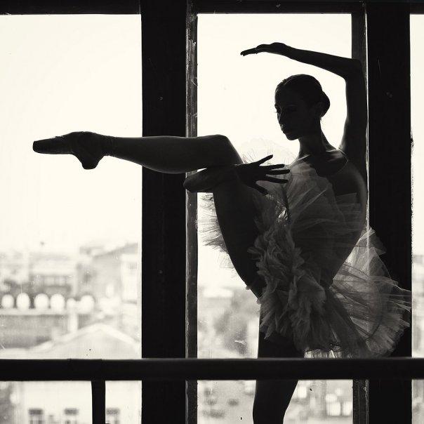 танцующая у окна девушка ещё