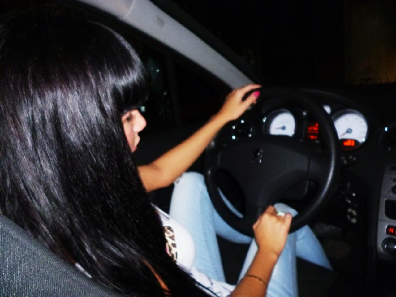 Фото девушек возле автомобиля 17 фотография