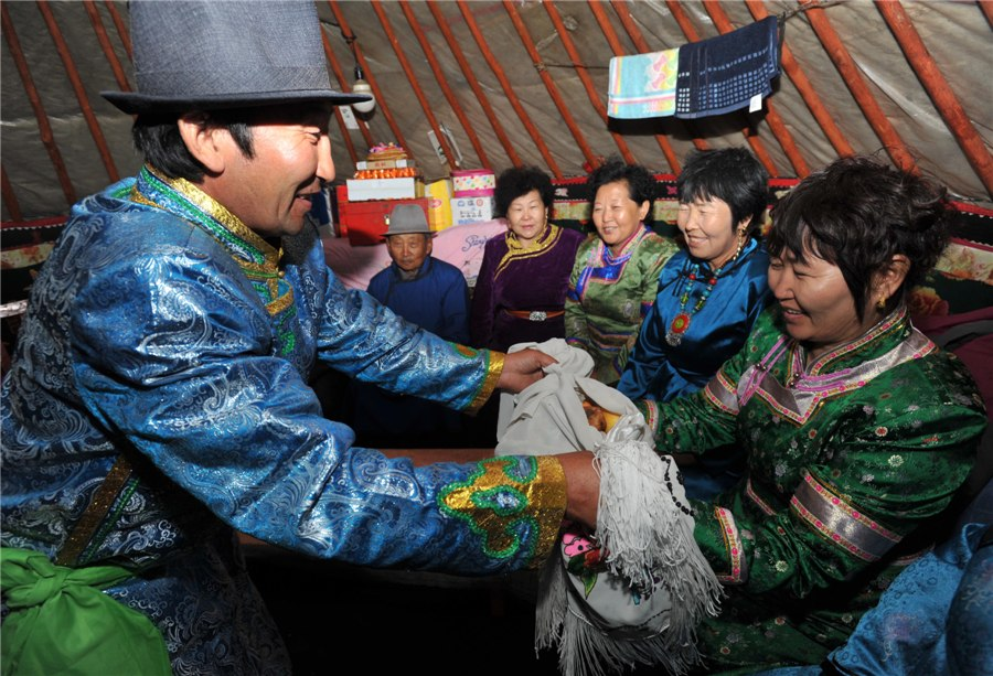 Мужчина дарит подарки родственникам невесты