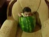Ребёнок ест арбуз