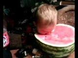 Ребёнок ест Арбуз=))))))