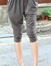 Серые укороченные брюки-галифе.