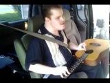слепой парень, страдающий аутизмом, отлично исполняет песню и играет на гитаре)))
