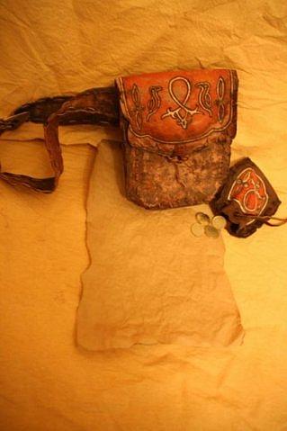 Фляги, наручи, сундуки из кожи, камней и костей.  Рисунки сделаны акрилом.  Большинство деталей сделано с помощью...