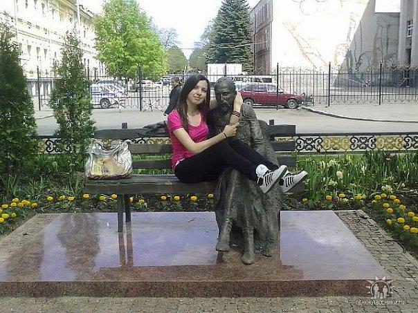 Памятник Коста Хетагурову во Владикавказе на проспекте