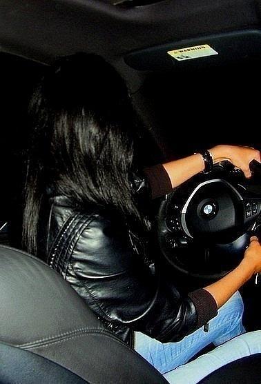 Фото девушки брюнетки в машине на аву