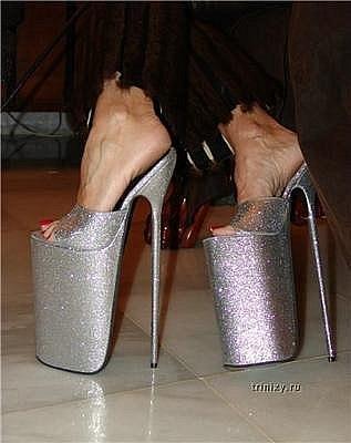 Длинные ноги еще более соблазнительны в туфельках на шпильке. Мужчины