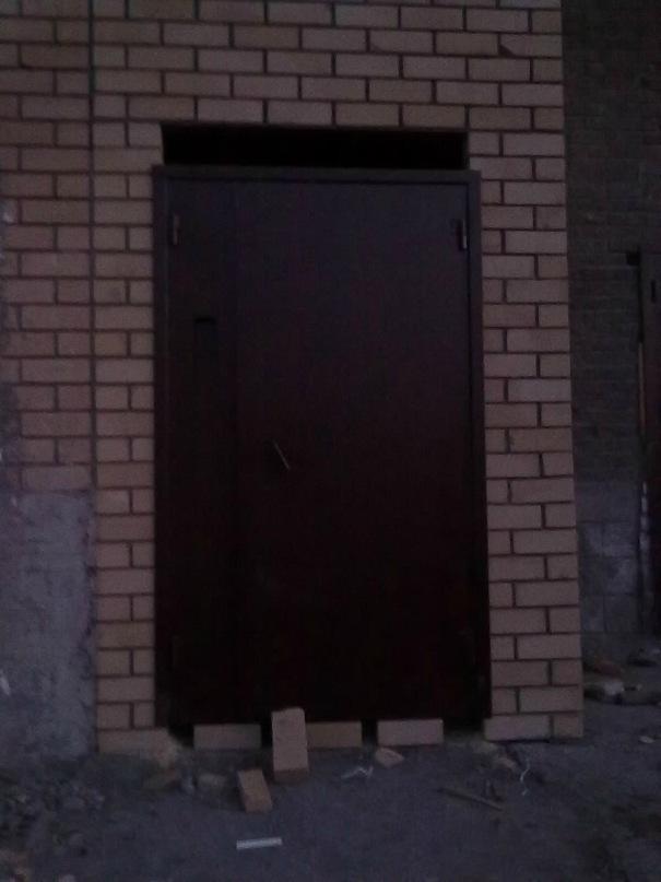 дверь подъезда, без домофона, за ней должен быть лифт... 7 секция