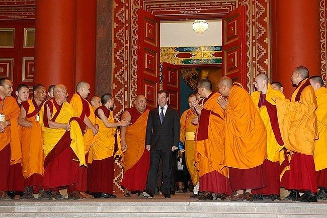 С буддистскими монахами