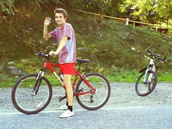 Велосипедист со сливой в руке
