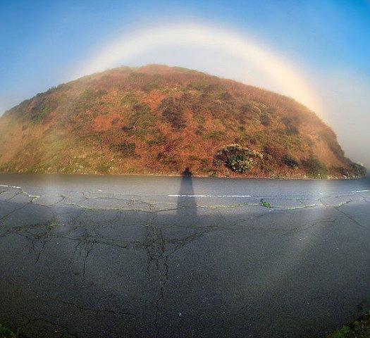 Тума́нная ра́дуга (бе́лая ра́дуга, тума́нная дуга́) — радуга, представляющая собой широкую блестящую белую дугу, обусловленную преломлением и рассеянием света в очень мелких капельках воды.