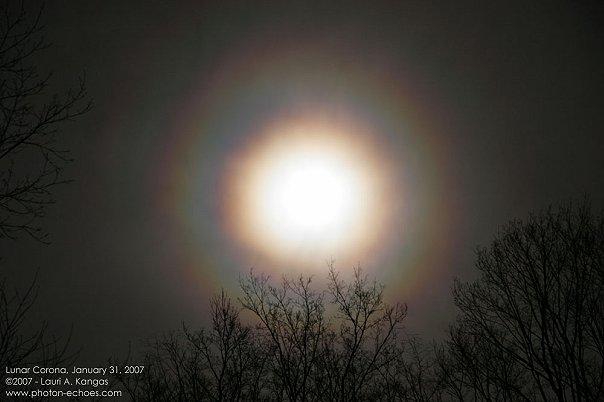 Источником света Иризации, радужного облака, может быть Луна .