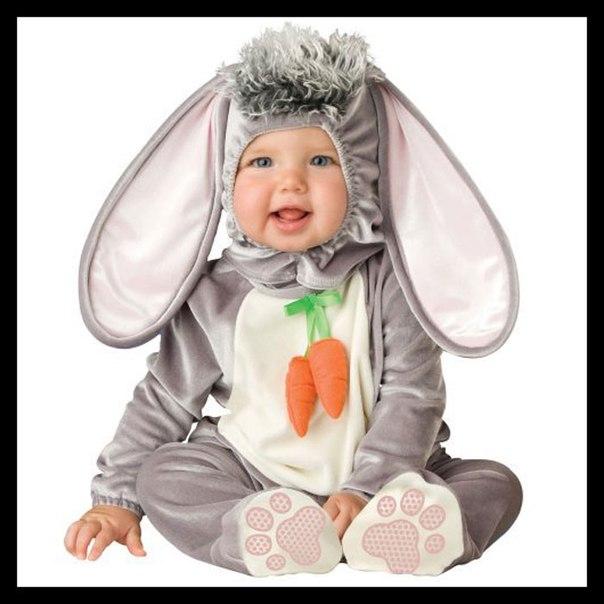 В костюме зайчика