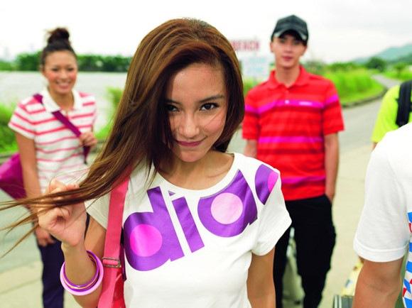 в Adidas девушки фото. описание фотографии: фото девушек в адидасе.