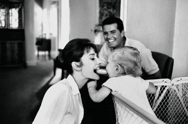 Одри Хепберн с 7-месячным сыном Шоном отправляется в Рим.