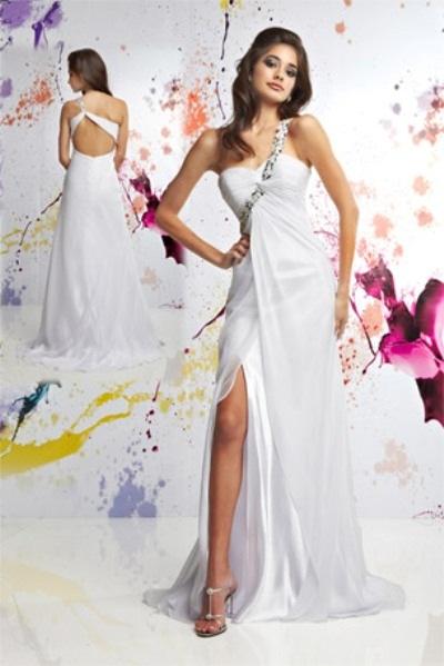 Вечернее платье с открытой спиной и пайетками.