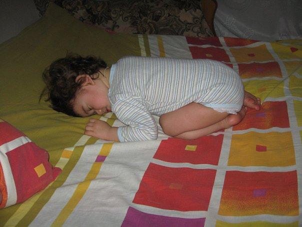 Спит ребенок на четвереньках