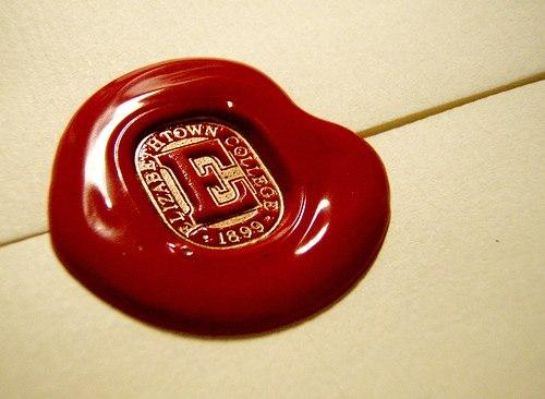 Отдается в дар Подарю красный качественный сургуч.Ещё есть!