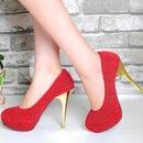 Туфли красного на высоких каблуках.