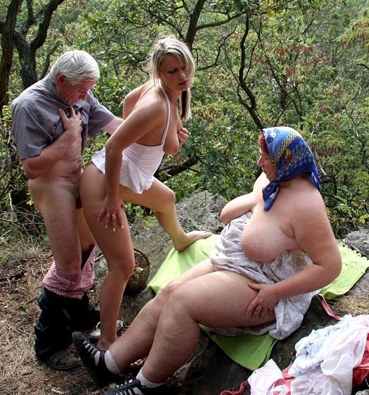 Порно в деревне. Секс с русской зрелой мамой в деревне.