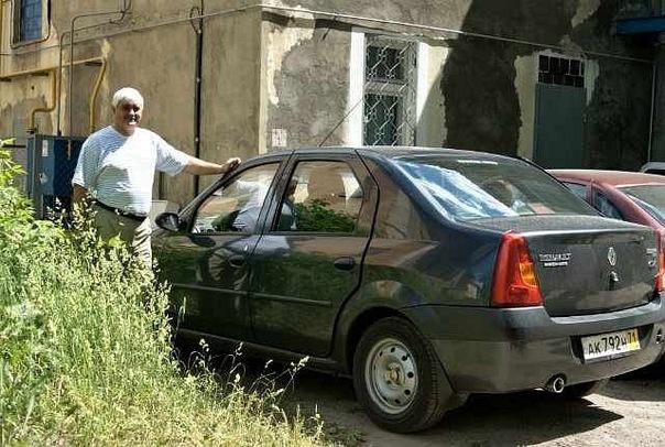 Андрей Балаев возле своего нового автомобиля