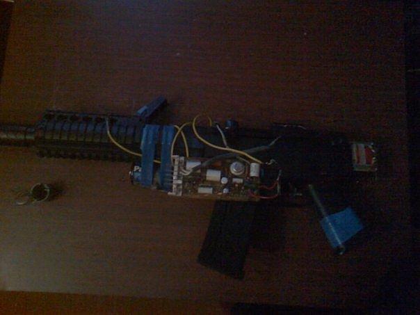 брал игрушечный пистолет,
