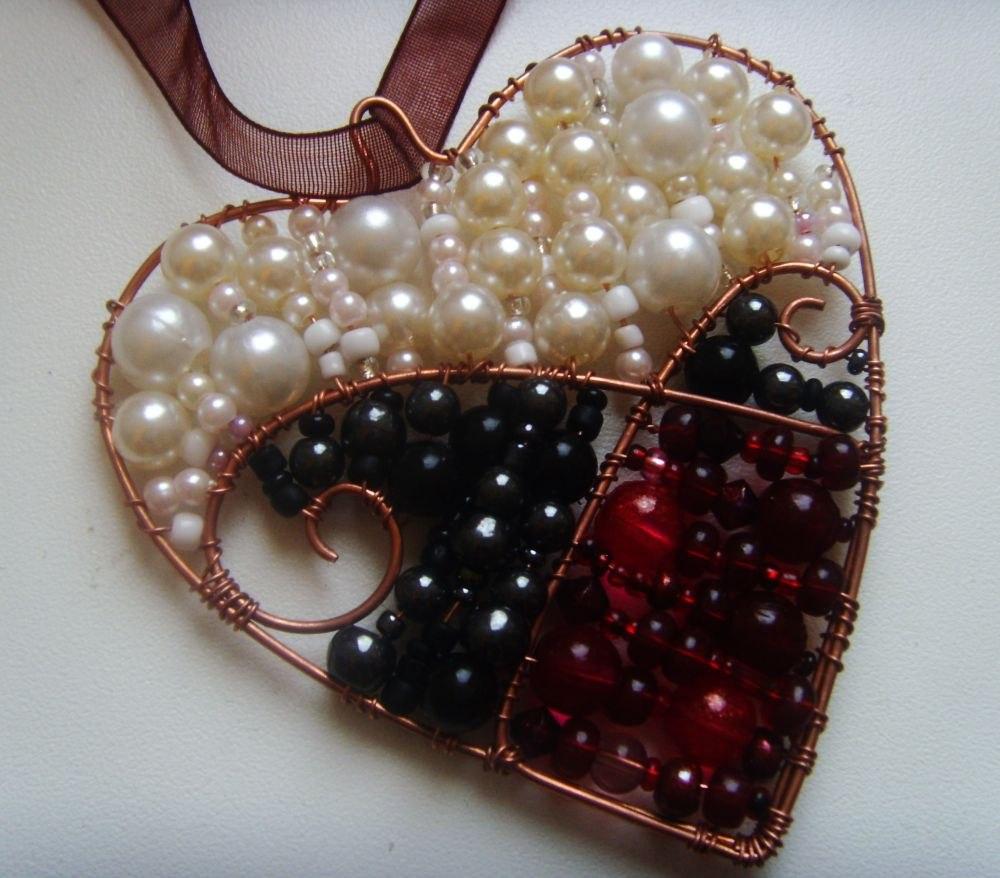 Из проволоки и из бисера можно создать множество красивых украшений.  Мне, например, нравится тема сердечек.