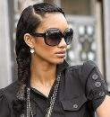 Заплетать изысканную косу нужно по традиционной схеме, постепенно...