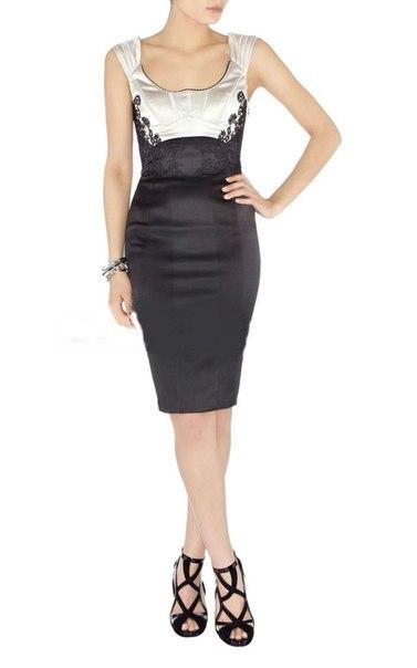 Платье-футляр с кружевными вставками.