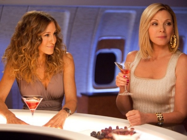 Still of Kim Cattrall and Sarah Jessica Parker in Sex and the City 2.