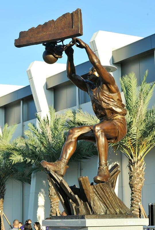 Памятник Шакилу Онилу 2011