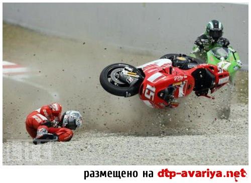 крушение мотоцикла на гонках