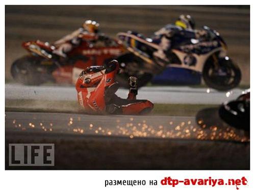 авария мотоцикла на гонках