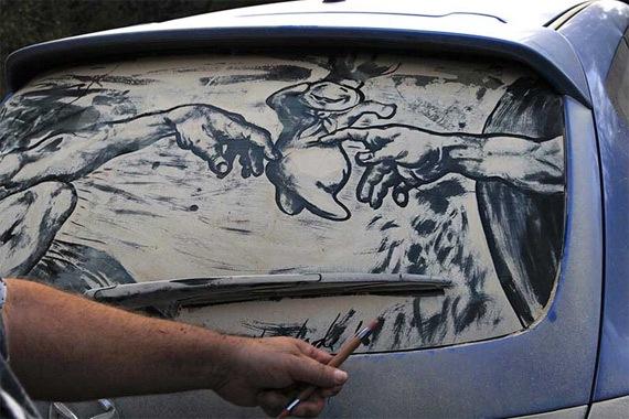Картины на грязных стеклах машин