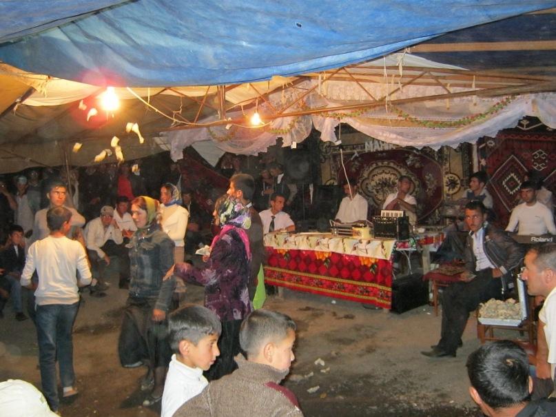 Кидание деньгами на свадьбе лезгинов (в Азербайджане)