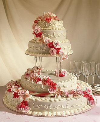 Первыми торт получают жених с невестой и...