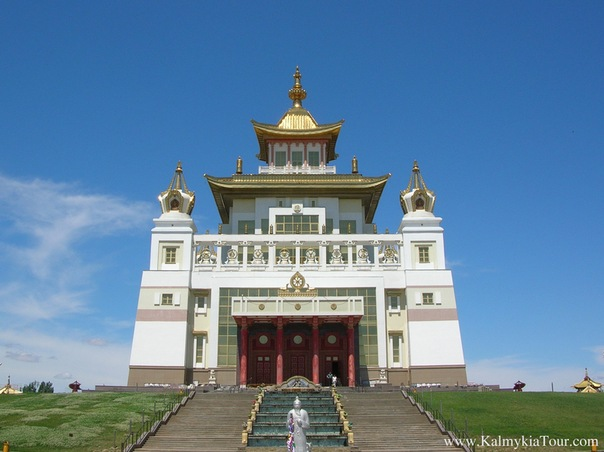 """Самый большой в Европе буддийский хурул  """"Золотая обитель Будды Шакьямуни """" был построен в городе Элиста (Калмыкия)..."""