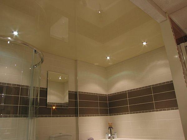 Подвесной, зеркальный и натяжной потолок в ванной.