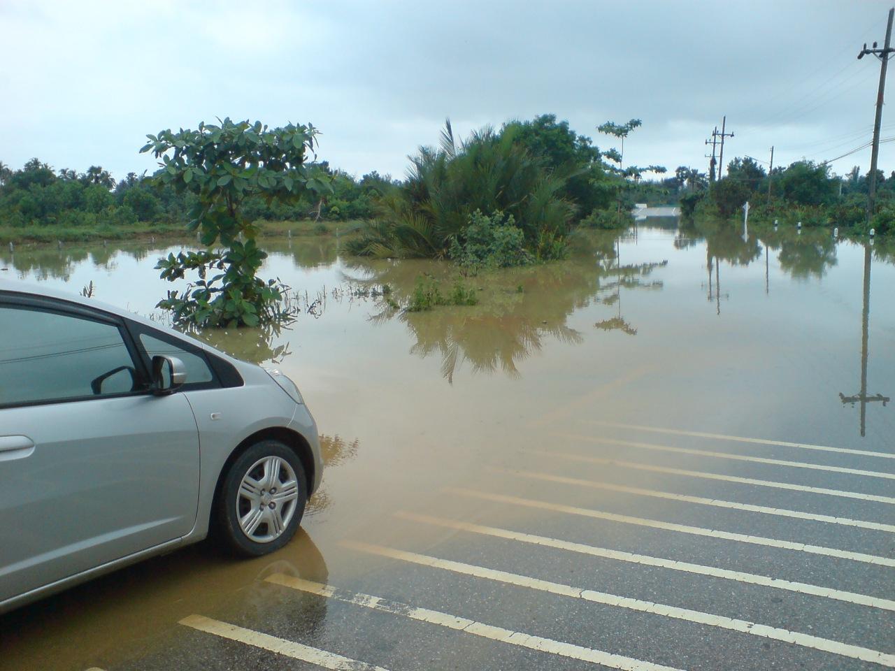 Наводнения перекрыли дороги