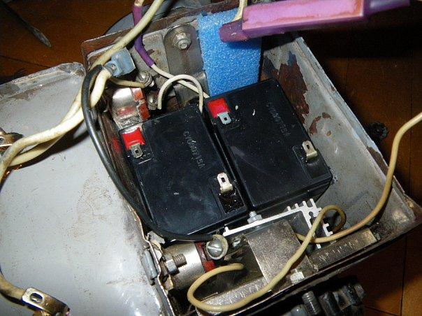 Аккумы соединяем последовательно, светодиод подключаем через резистор, вместо убогих зарядных пластинок ставим...