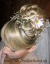 Чаще всего голову невесты украшают венком из мелких цветов.  Так, к романтической прическе больше подойдут композиции...