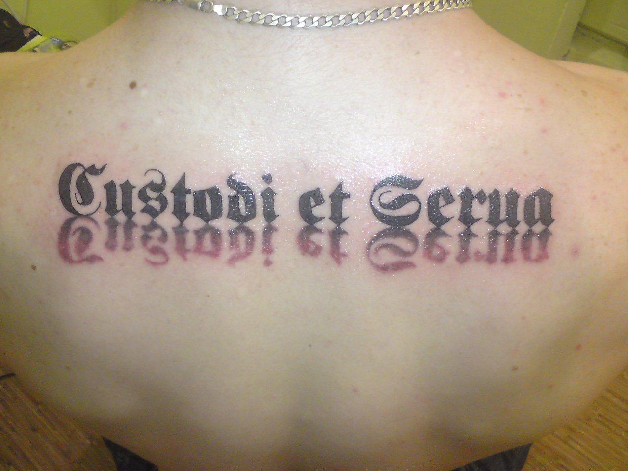 Крест с надписью спаси и сохрани - тату на предплечье у парня, добавлено