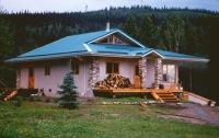 Каркас дома выполнен из сосновых бревен, стены- блоки из ячменной соломы.