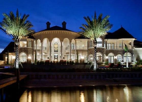 Эта роскошная резиденция выполнена в стиле французского ренесанса.
