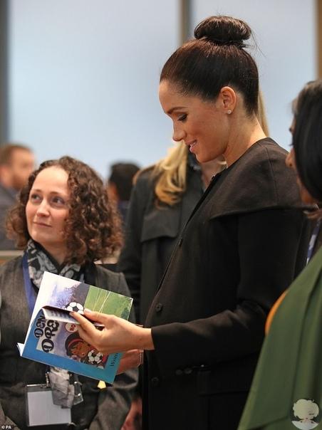 Нескучная классика: Меган Маркл в черном пальто на встрече в Лондонском городском университете