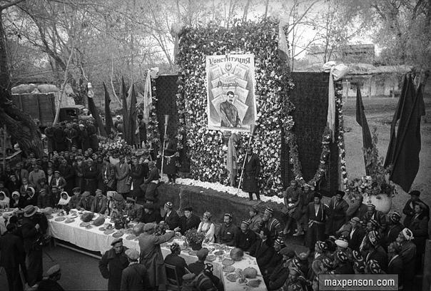 На празднике в честь новой конституции СССР (Узбекистан, 1938 год)